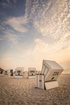 Strandstoelen bij de Rote Kliff in Kampen bij zonsondergang, Sylt van Christian Müringer