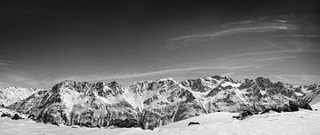 Besneeuwde Tiroler Alpen in Oostenrijk tijdens een prachtige winterdag van