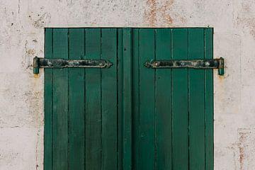 Grüne Fensterläden mit weißer Wand auf der Île de Ré - Frankreich von Oog in Oog Fotografie
