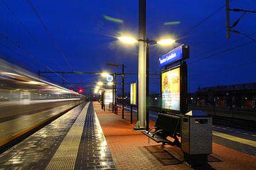 Trein uit Utrecht passeert station Houten Castellum. van Margreet van Beusichem