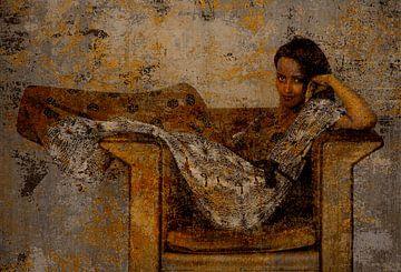 Jonge vrouw in stoel van Marijke van Loon