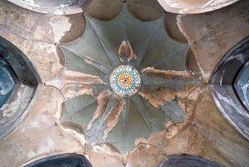 Plafond d'une église abandonnée. sur Roman Robroek