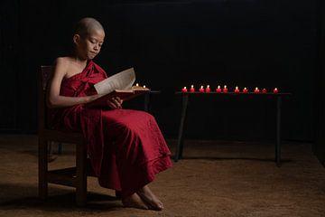 Un jeune moine lisant à la bougie sur Anges van der Logt