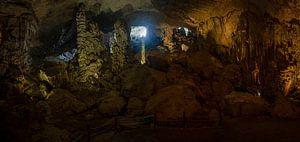 Grotte de Sung sot (Grotte des Surprises) dans la baie d'Halong, au Vietnam sur Niki Radstake