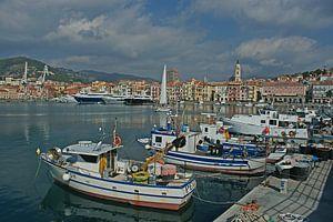 Een haven vol jachten en bootjes met stadje Imperia op achtergrond. van