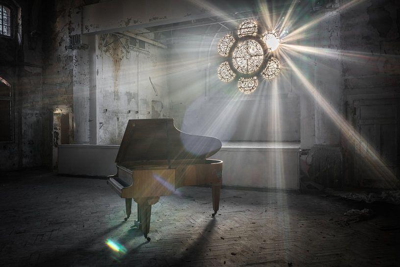 Klavier mit Sonnenstrahlen durch Buntglasfenster von Inge van den Brande