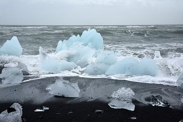 Ijsschotsen op zwarte lavastrand bij ijsmeer Jokulsarlon, Ijsland van Jutta Klassen
