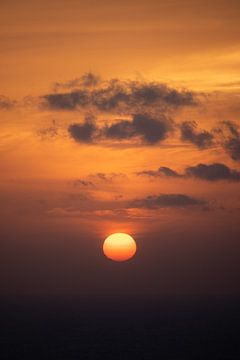 Kalme zonsondergang in Oia, Santorini van Tes Kuilboer