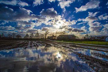 Zon, blauw en wolken van Ab Donker