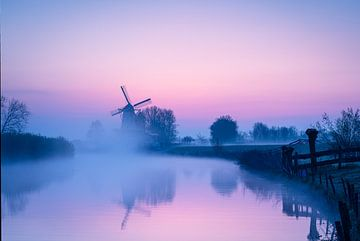 Voor de zon opkomt bij de molen 'De Vlinder' in de Betuwe van Coen Weesjes
