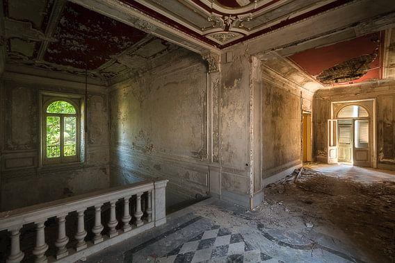 Verlaten Hal in Villa. van Roman Robroek