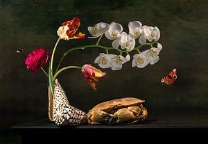 Blumenstillleben mit Tulpen und Meereslebewesen