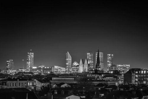 Nachtfoto van de skyline van Den Haag in zwart-wit