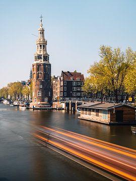 Montelbaanstoren, kanaal en oude huizen in Amsterdam, Nederland. van Lorena Cirstea