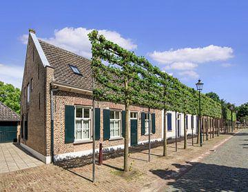 Leuk huisje huizen met houten luiken, Tilburg van Tony Vingerhoets