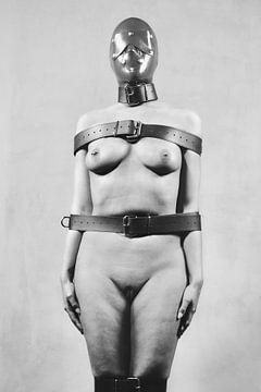 Hele mooie naakte vrouw vastgebonden met riemen. #3143 van william langeveld