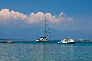 Zeilbootjes voor anker bij Koroni van