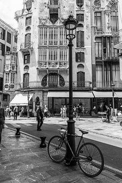 Stadsbeeld Palma de Mallorca met vintage fiets, ivloed Gaudi van Clazien Boot
