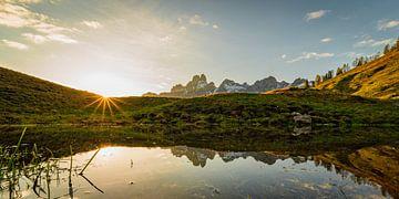 """Berglandschap """"Spiegeling tijdens zonsondergang"""" van Coen Weesjes"""