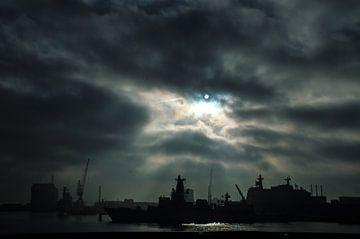 Schemerig zonnetje boven marine basis. van Frank Van der Werff