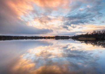Wolken Reflexion bei Sonnenuntergang (Niederlande) von Marcel Kerdijk