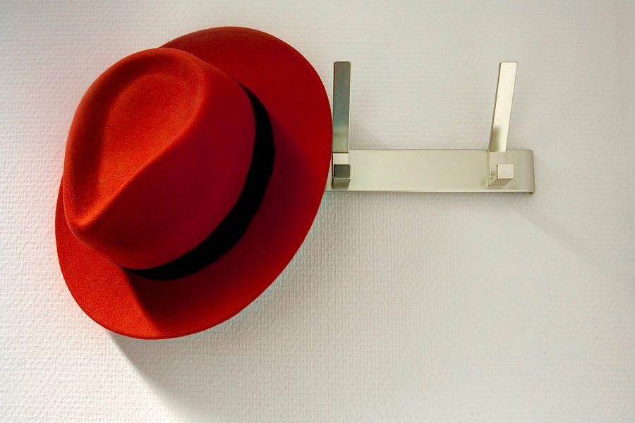 Red Hat gleufhoed hangend aan een kapstok / 2010