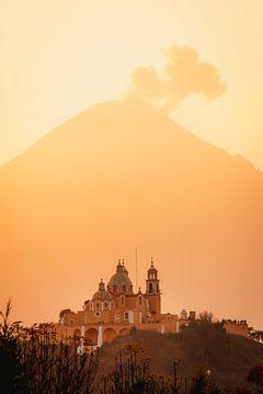 Kirche und Vulkan mit Wolken während der warmen, orange, Sonnenaufgang in Mexiko von Maartje Hensen
