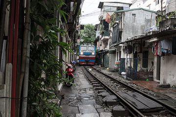 Treinspoor midden in Hanoi van Yme Raafs