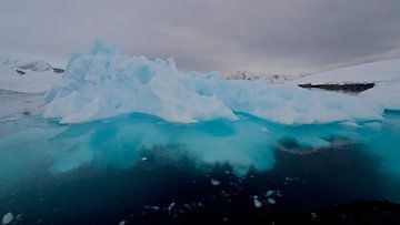 ijsschots rijp voor een museum van Eric de Haan