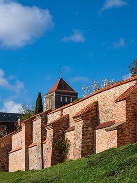Gezicht op de Nikolai-kerk en de stadsmuur in de Hanzestad Rostock van Rico Ködder