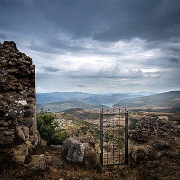 Einsames Tor einer Ruine in Albanien von Sander de jong