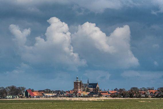 Zicht op Workum met stevige wolkenpartij