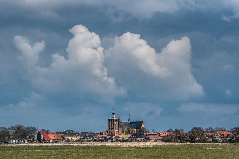 Zicht op Workum met stevige wolkenpartij van Harrie Muis