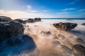Lange blootstelling op rotsachtig strand van Christian Klös
