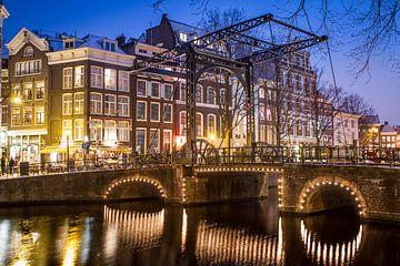 Typische Amsterdamer Brücke von Leon Weggelaar