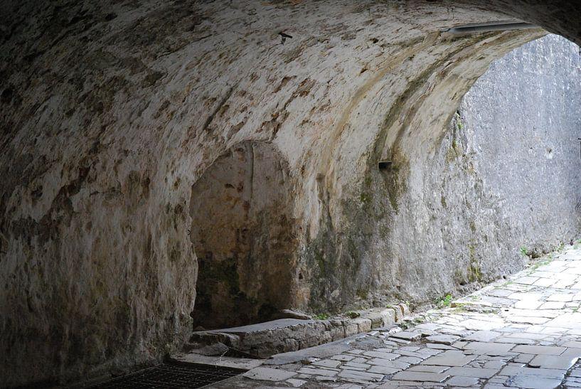 De gangen in het Oude Fort Kerkyra op Corfu. von Ingrid Van Maurik