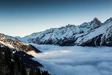 Zee van wolken boven de Chamonix-vallei van Jc Poirot
