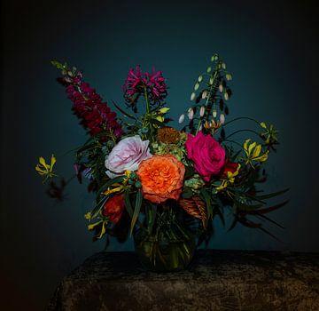 Stilleven met bloemen als boeket in een glazen vaas, moderne fotografie van Roger VDB