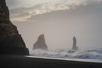 Eine raue See am Strand von Reynisdranger, nach einem Sturm am Vortag im südlichen Teil Islands bei  von Anges van der Logt