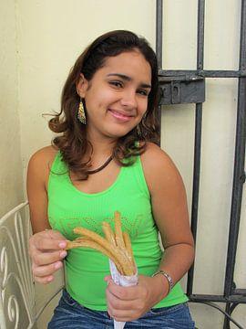 Meisje op straat in Havana van Mari Plooij