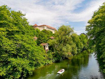 Uitzicht op de Neckar in Tübingen met bomen en huizen van Hans-Heinrich Runge