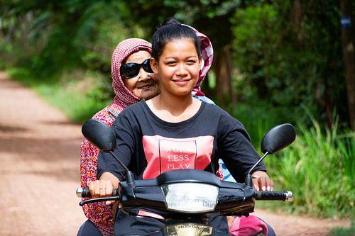 Vrouwen op scooter - Cambodja