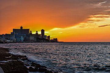 Zonsondergang in Havana, Cuba van Michelle van den Boom
