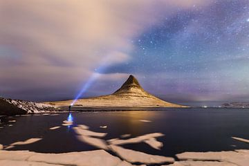 nachtelijk op Kirkjufell, Grundarfjörður, schiereiland Snaefellsnes, IJsland * nachtelijk op de Kirk van Denis Feiner