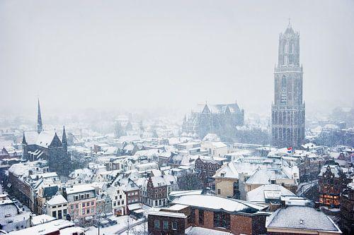 De Utrechtse Domtoren in de sneeuw van