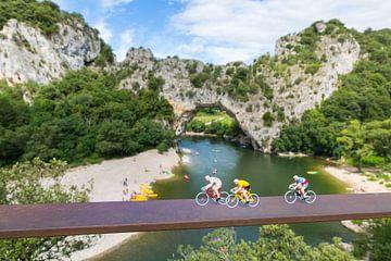 Wielrenners aan de Pont d'Arc van Nele Mispelon