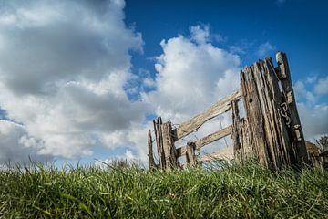 Oud hek gefotografeerd van onder af van Natascha Teubl