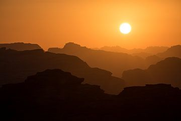 Sonnenuntergang in den geschichteten Bergen des Wadi Rum von Krijn van der Giessen