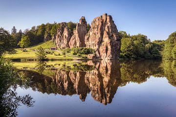 Externsteine mit Spiegelung im See von Michael Valjak