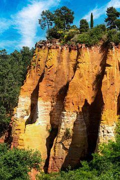 Okerrotsen van Roussillon in de Provence, Frankrijk van Dieter Walther